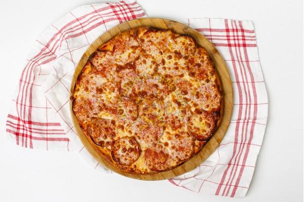 Пицца с сервелатом