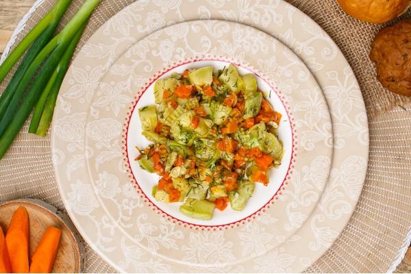 Кабачки тушеные с овощами и чесноком